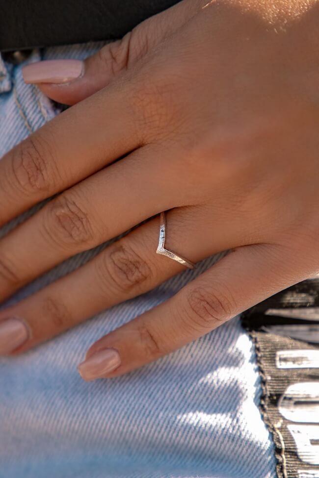 Δαχτυλίδι με V