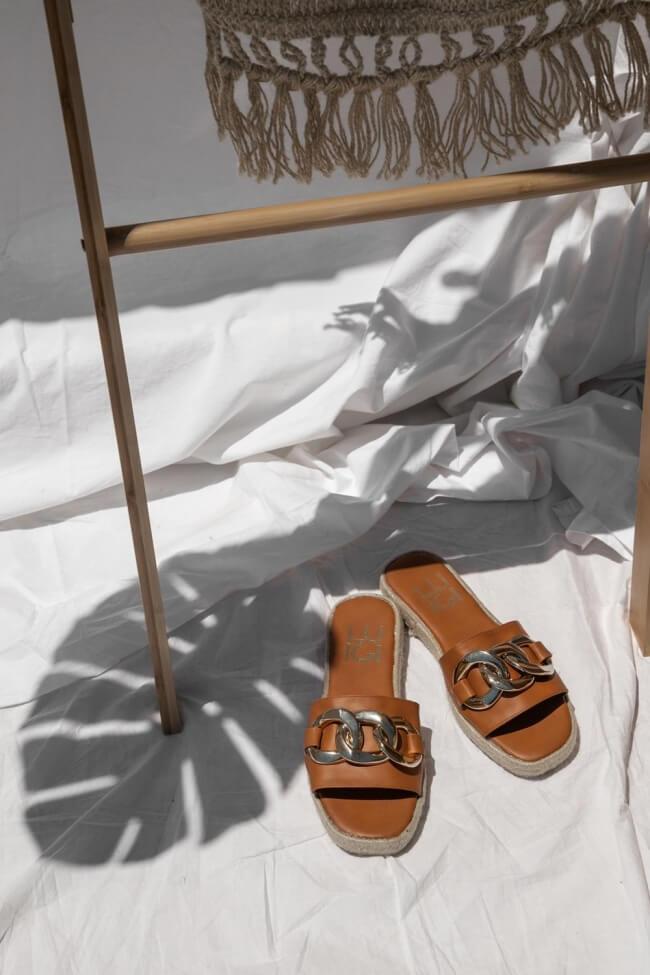 LUIGI DESIGN - Δερμάτινα Flat Σανδάλια με Διακοσμητική Αλυσίδα