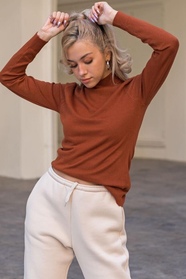 Μπλούζα με ψηλό γιακά και απαλή υφή