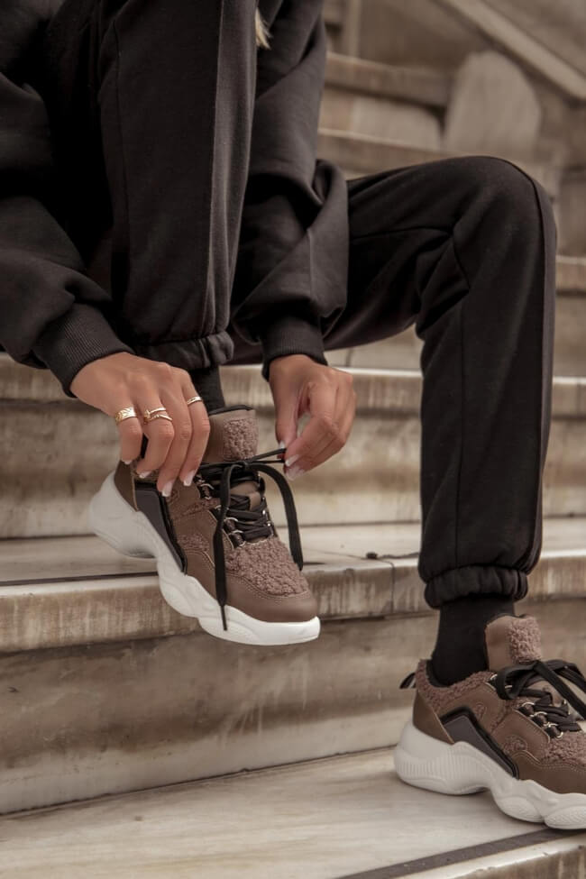 Sneakers με Εξωτερική Γούνα
