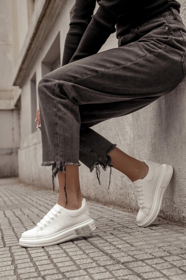 Sneakers με Μεταλλική Λεπτομέρεια στη Σόλα