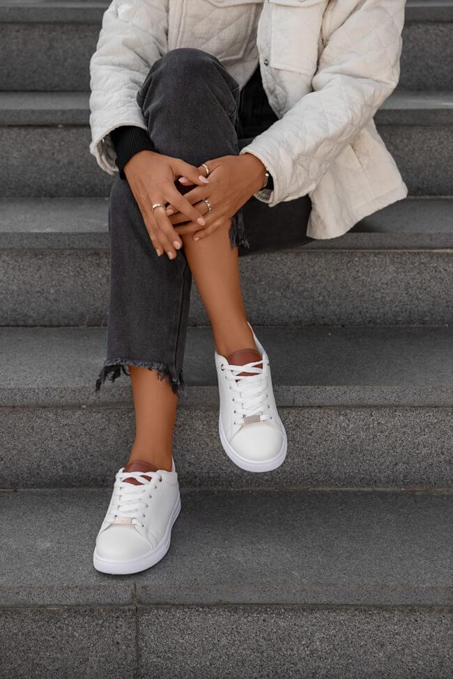 Sneakers σε Συνδυασμό Χρωμάτων με Μεταλλική Λεπτομέρεια